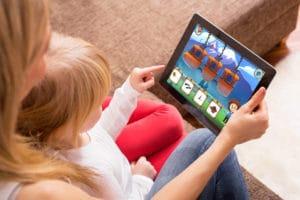 Mutter mit Kind übt mit Logopädie App